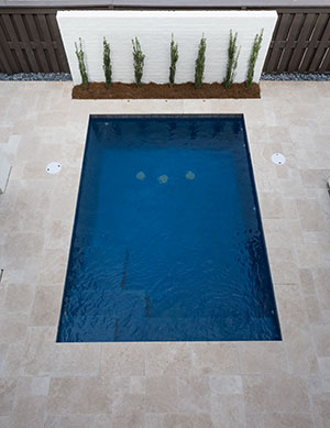 Modern – Simple Pool Layout with White Minimalistic Wall as Visual Point